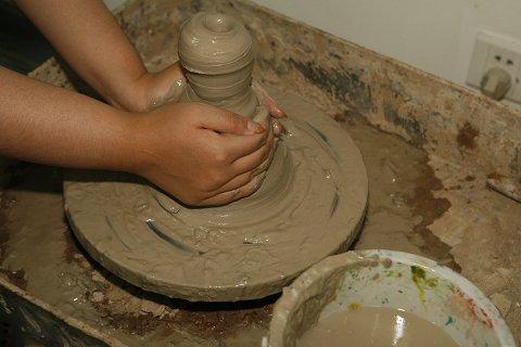 从最基本的揉泥,印模和拉坯成型,大家亲自动手模仿宋代工艺制作陶艺